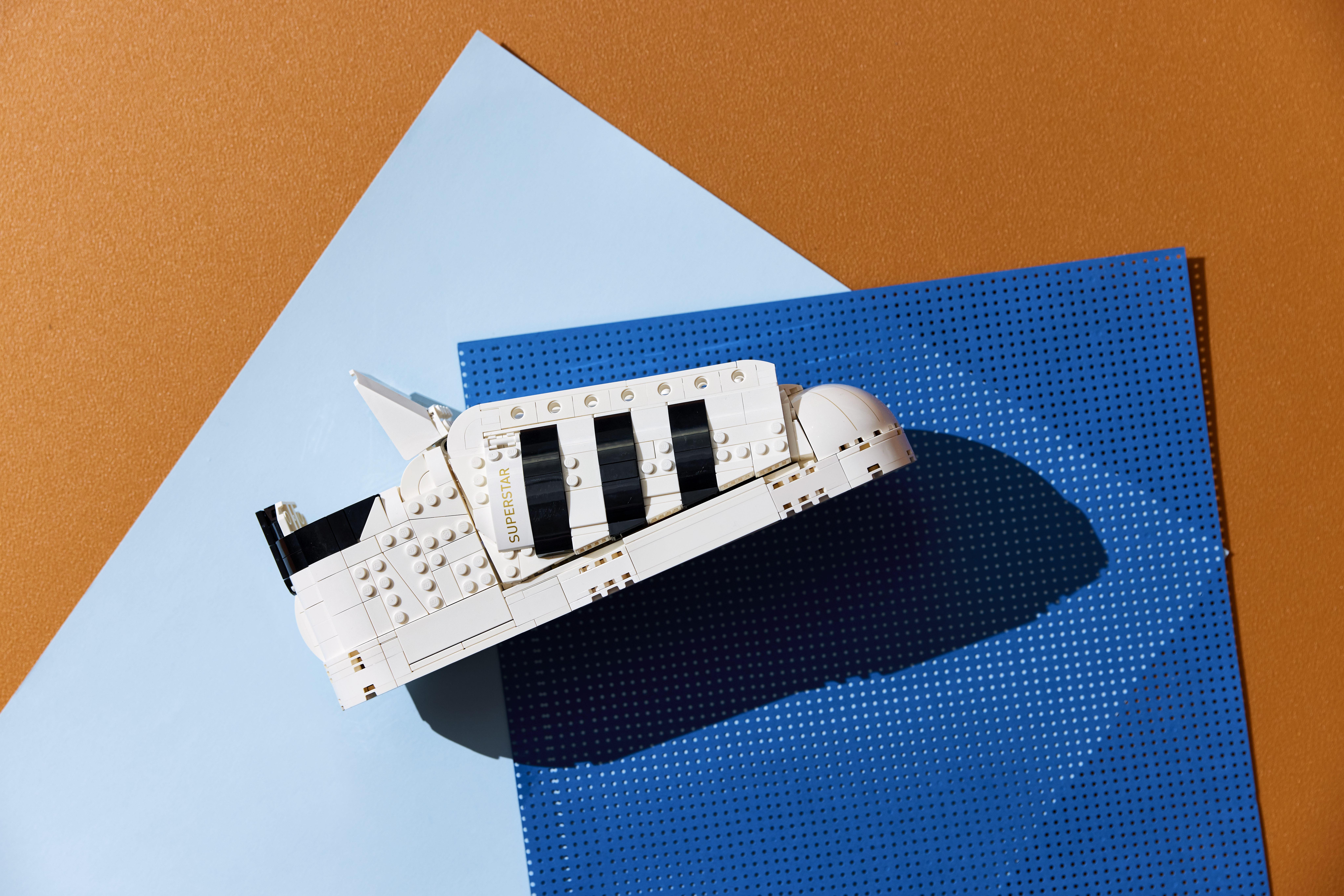 Adidas et LEGO créent la Superstar