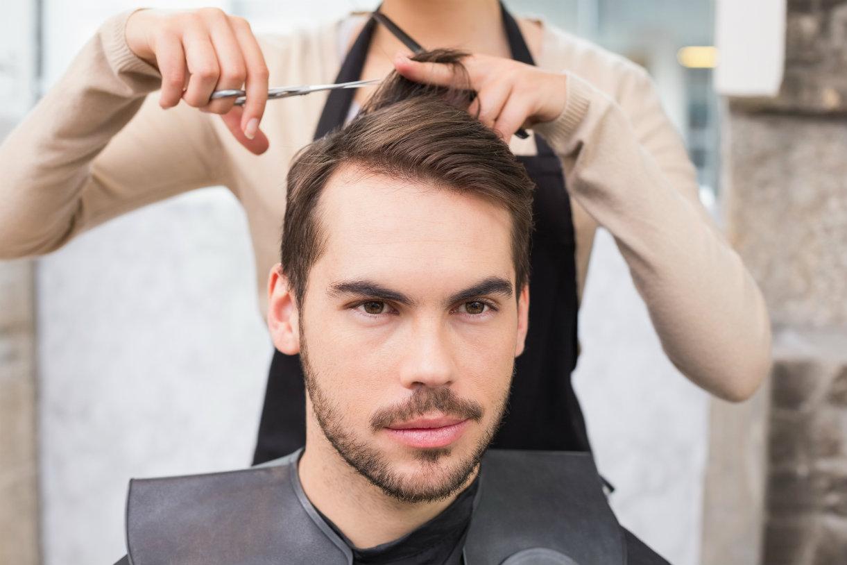 Choisir la coiffure d'un homme pour un visage rond